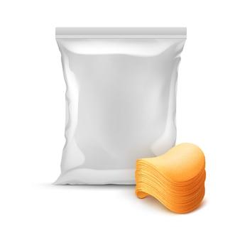 Saco de plástico de folha selado vertical para design de embalagem com pilha de batatas fritas crocantes perto isolado no fundo branco