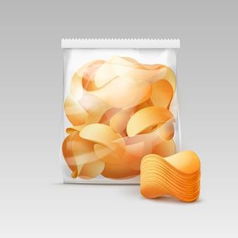 Saco de plástico transparente selado vertical branco para design de embalagem com pilha de batatas fritas crocantes close-up isolado no fundo branco