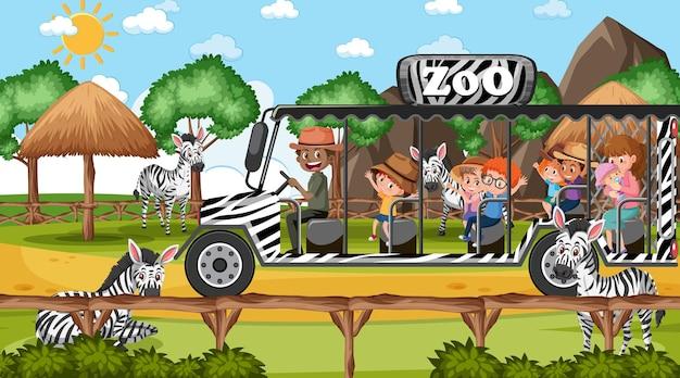 Safari durante o dia com muitas crianças assistindo o grupo de zebras
