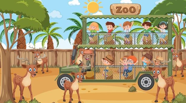 Safari durante o dia com muitas crianças observando um grupo de veados