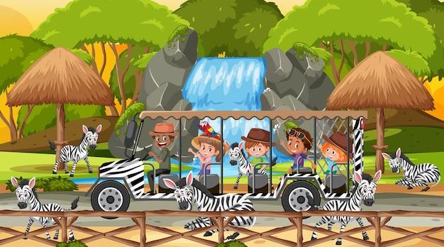 Safari na cena do pôr do sol com crianças assistindo o grupo de zebras