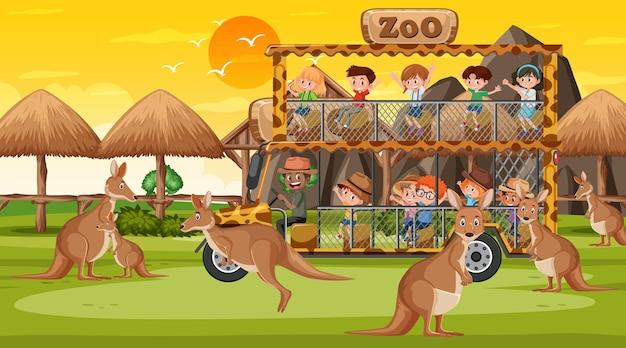 Safari na cena do pôr do sol com muitas crianças assistindo o grupo de canguru