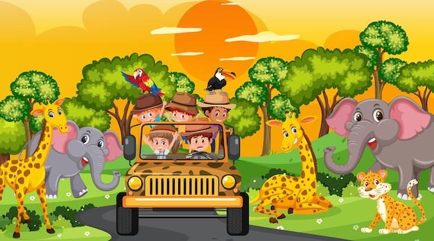 Safari na cena do pôr do sol com muitas crianças observando os animais