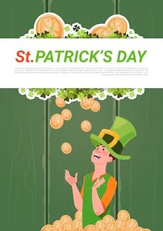 Saint patricks day banner com homem de chapéu de duende sobre fundo dourado moedas