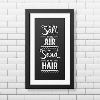 Sal na areia do ar no meu cabelo - cite o fundo tipográfico no quadro preto quadrado realista no fundo da parede de tijolo.