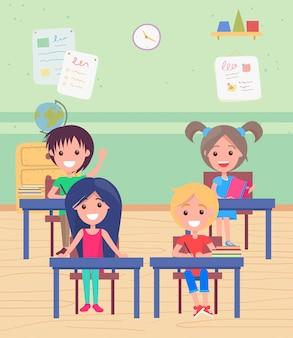 Sala de aula com os alunos sentados na mesa da escola