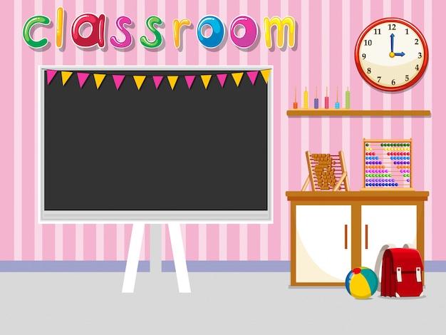 Sala de aula vazia com quadro-negro