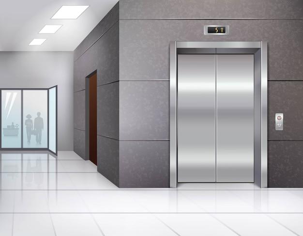 Salão do prédio de escritórios com piso brilhante e porta do elevador de metal cromado