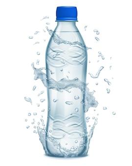 Salpicos de água em tons de azul claro em torno de uma garrafa de plástico azul claro com água mineral
