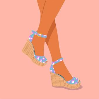 Sandálias de mulher casual cunha com estampa de leopardo azul e violeta.