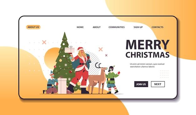 Santa mulher em pé com veados e duendes de raça misturada em máscaras ano novo feliz natal feriado celebração conceito comprimento total horizontal cópia espaço ilustração vetorial