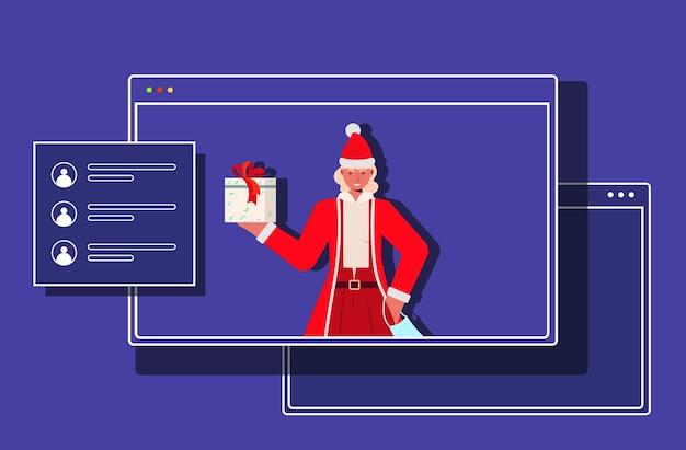Santa mulher na janela do navegador da web segurando uma caixa de presente ano novo natal feriados celebração coronavirus quarentena conceito de comunicação online ilustração horizontal