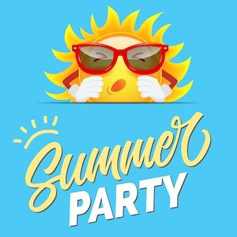 Saudação de festa de verão com sol dos desenhos animados em óculos de sol no fundo azul manhoso.