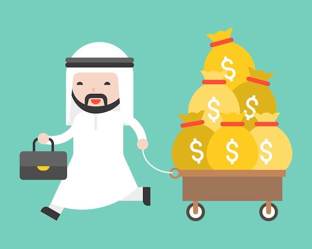 Saudita homem puxando carrinho saco cheio de dinheiro