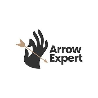 Segure a mão segurando o modelo do logotipo do arco de flecha