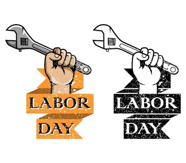 Segure o emblema do dia do trabalho da chave
