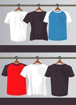 Seis camisas de maquete em prendedores de roupa pendurados.