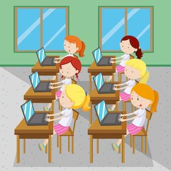 Seis meninas digitando em computadores