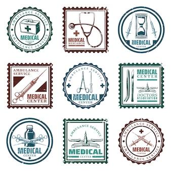 Selos médicos coloridos vintage com kit de primeiros socorros estetoscópio, ampulheta, seringas, bisturi, balança, garrafa, isolada