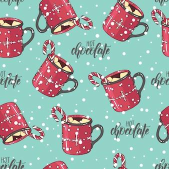 Sem costura padrão de natal com uma xícara de chocolate quente com marshmallow e doces