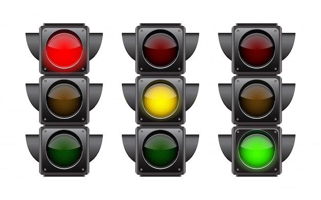 Semáforos com as três cores acesas.