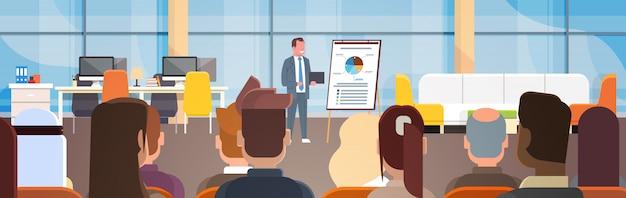 Seminário de negócios empresário levando apresentação ou relatório, formação na frente de empresários gro