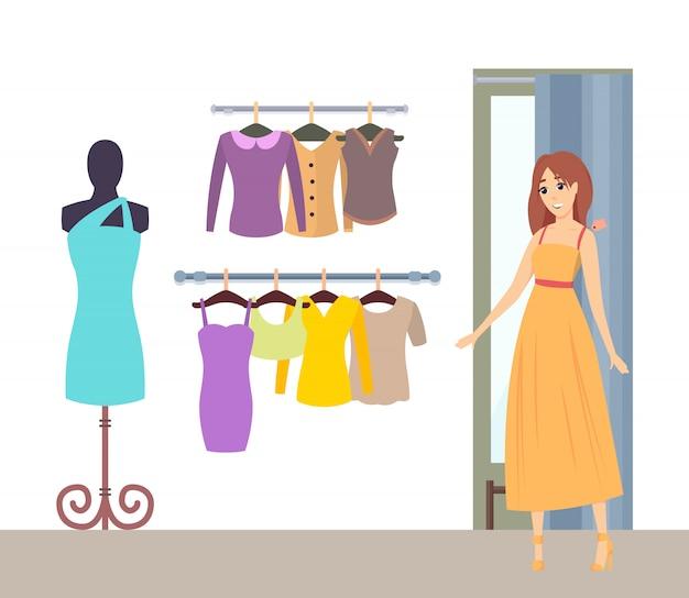 Senhora de compras no vestiário no vestido