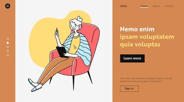 Senhora idosa usando aplicativo on-line no tablet