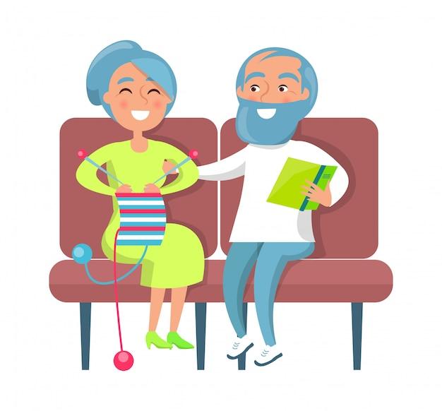Senhora sênior tricô e cavalheiro lendo no sofá