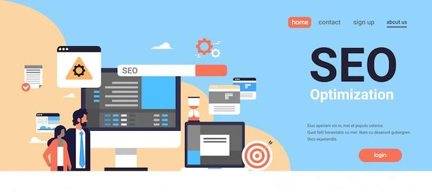 Seo search engine optimization casal homem mulher monitoramento internet pesquisando conceito processo