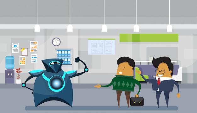 Ser humano contra robôs robóticos modernos e homens de negócio no conceito da inteligência artificial do escritório