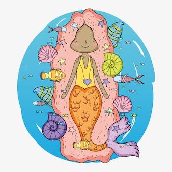 Sereia mulher com conchas e caracóis debaixo d'água