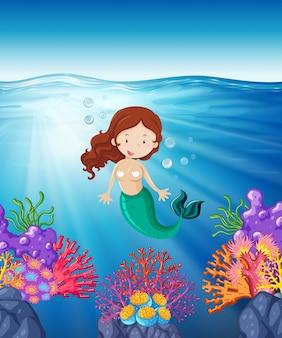 Sereia nadando no mar