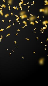 Serpentinas e confetes. flâmulas de ouro enfeites e fitas de folha. confetes caindo chuva sobre fundo preto. modelo de sobreposição de festa encantadora. conceito de celebração eminente.