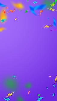 Serpentinas e confetes. flâmulas festivas ouropel e fitas de folha. chuva de confete caindo sobre fundo violeta. modelo de sobreposição de festa encantadora. conceito de celebração artística.