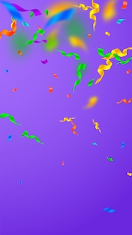 Serpentinas e confetes. flâmulas festivas ouropel e fitas de folha. gradiente de confete em fundo violeta. modelo de sobreposição de festa bizarra. conceito de celebração encantadora.