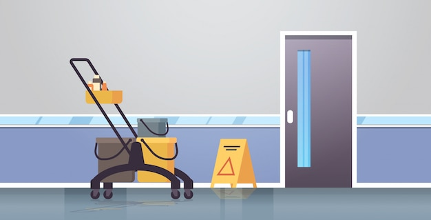 Serviço de limpeza carrinho carrinho com suprimentos cuidado piso molhado sinal zelador empresa moderno corredor interior