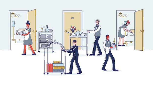 Serviço de quarto do hotel funcionando: empregadas limpando quartos, porteiro carregando bagagem de visitantes