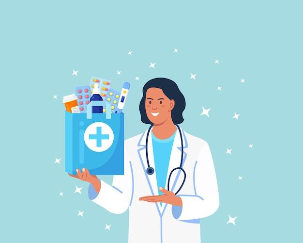 Serviço online de farmácias de entrega ao domicílio. farmacêutico mantém nas mãos um saco de papel com medicamentos, drogas e frascos de comprimidos. médico de jaleco branco com estetoscópio