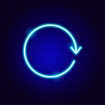 Seta em sinal de néon do círculo. ilustração em vetor de promoção de direção.
