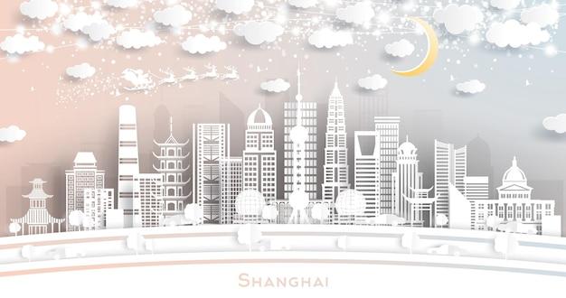 Shanghai china city skyline em estilo de corte de papel com flocos de neve, lua e neon garland. ilustração vetorial. conceito de natal e ano novo. papai noel no trenó.