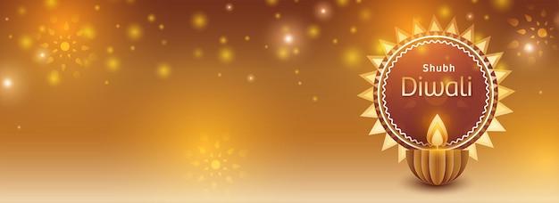 Shubh (feliz) conceito de celebração de diwali com corte de papel aceso lâmpada de óleo (diya) em fundo de efeito de luz dourada.