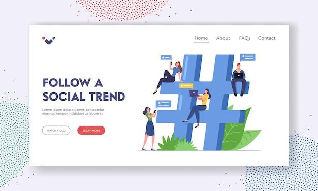 Siga um modelo de página inicial de tendência social. comunicação online, personagens minúsculos de blogueiros com mensagens de texto de gadgets, envio de mensagens em redes que ficam em uma enorme hashtag. ilustração em vetor desenho animado