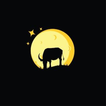 Silhueta de búfalo comendo grama