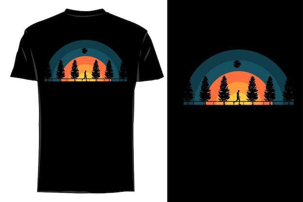 Silhueta de camiseta de maquete andando na estrada retrô vintage
