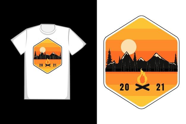 Silhueta de camiseta montanha pinheiro fogueira pôr do sol