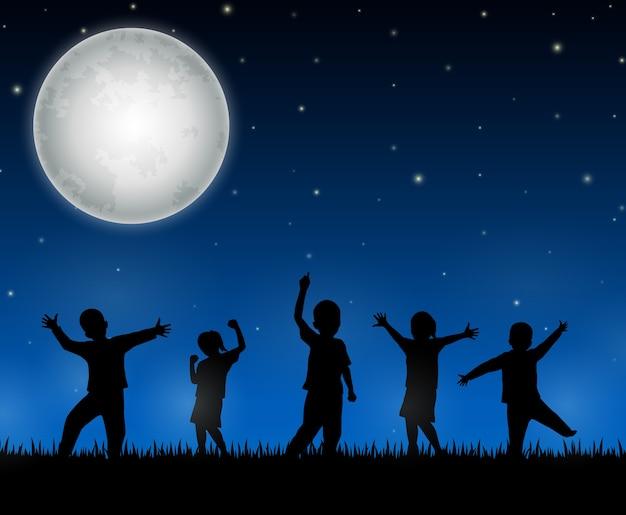 Silhueta de crianças no fundo da noite
