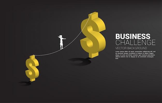 Silhueta de empresária andando na corda a pé caminho para o ícone de dólar maior dinheiro. conceito de risco e desafio de negócios.