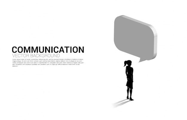 Silhueta de empresária permanente com discurso de bolha. conceito de mecanismo de bot de bate-papo e comunicação.