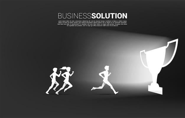 Silhueta de empresário e empresária correndo para sair da porta do troféu. conceito de desafio empresarial e competição.